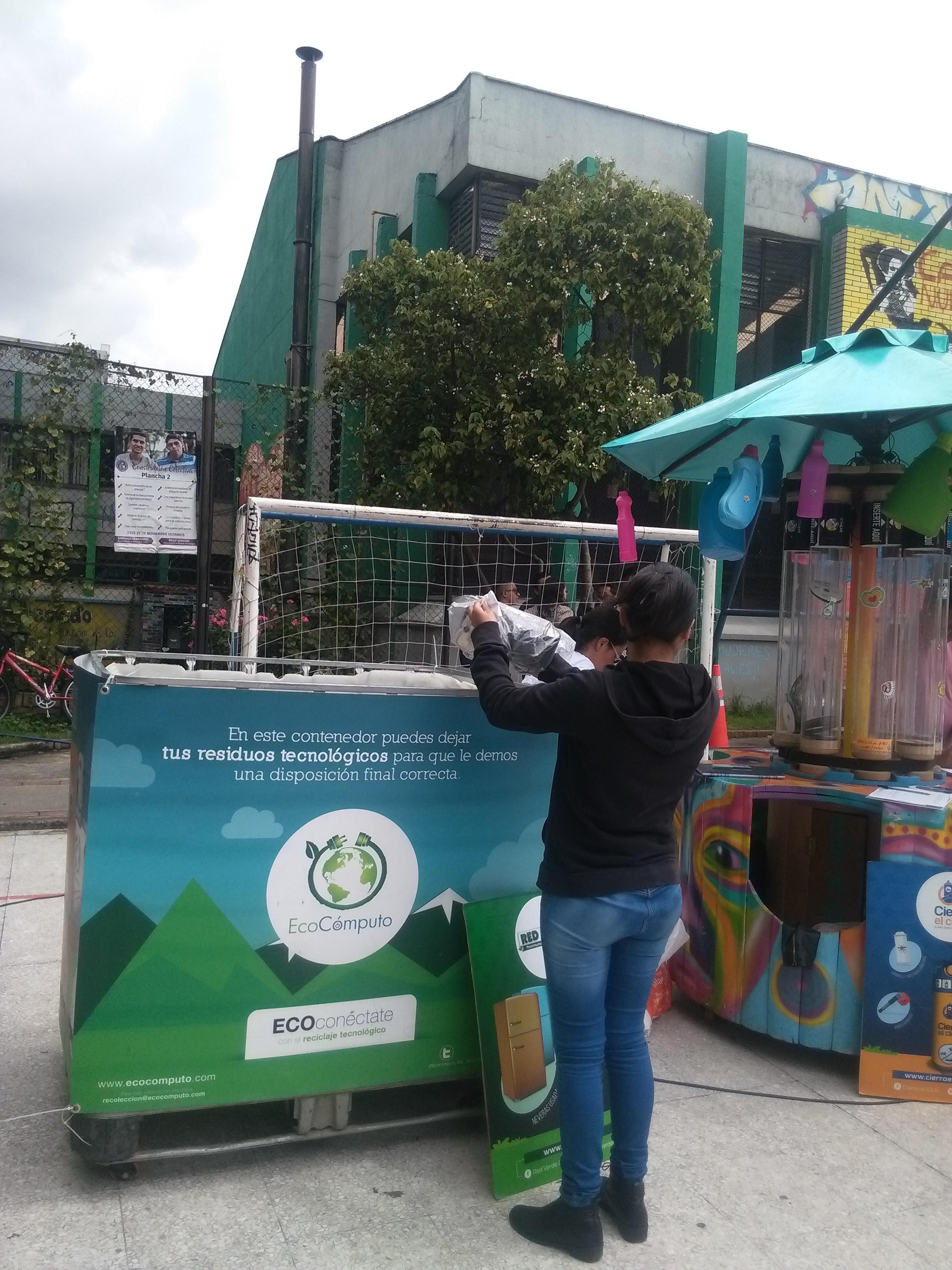 Fotografía de estudiante depositando residuos de aparatos eléctricos y electronicos dentro de Ecopunto