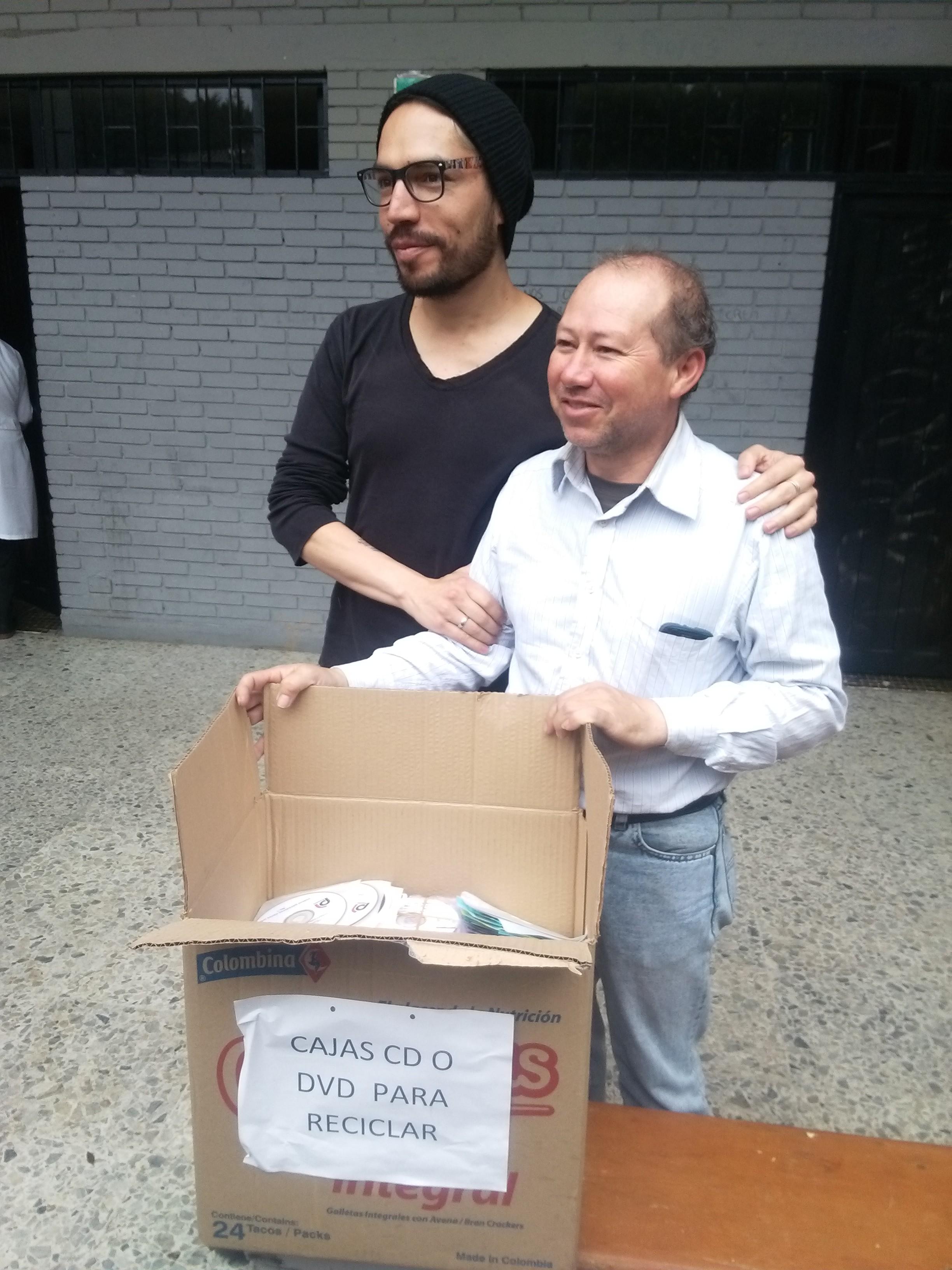 fotografia de funcionarios de la UPN donando Cd y DVD para participar en la actividad de de lola la rockola