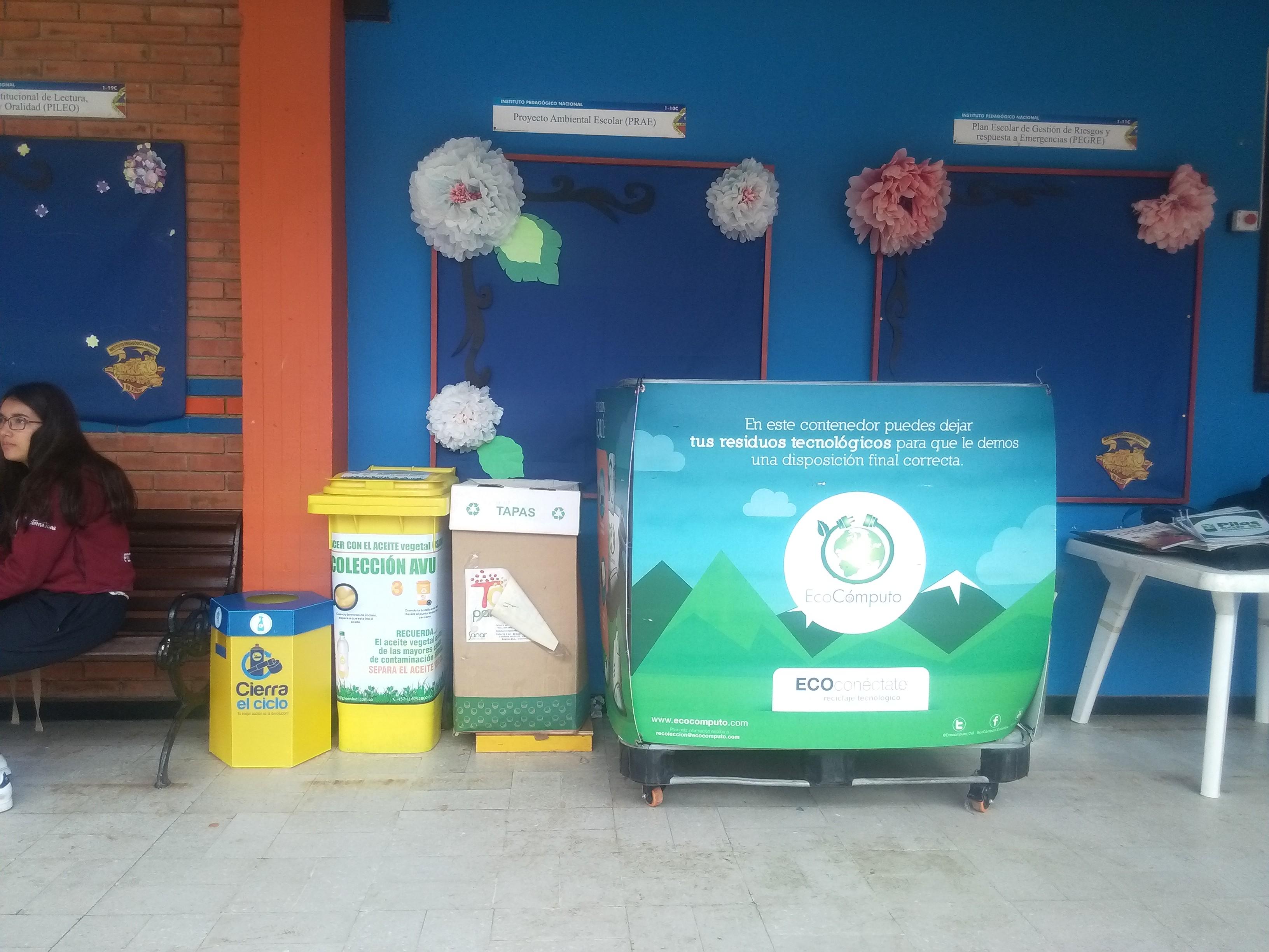 fotografía de contenedores de cierra el ciclo, recolección de aceite vegetal usado, tapas para sanar y ecocomputo instalados durante el evento.