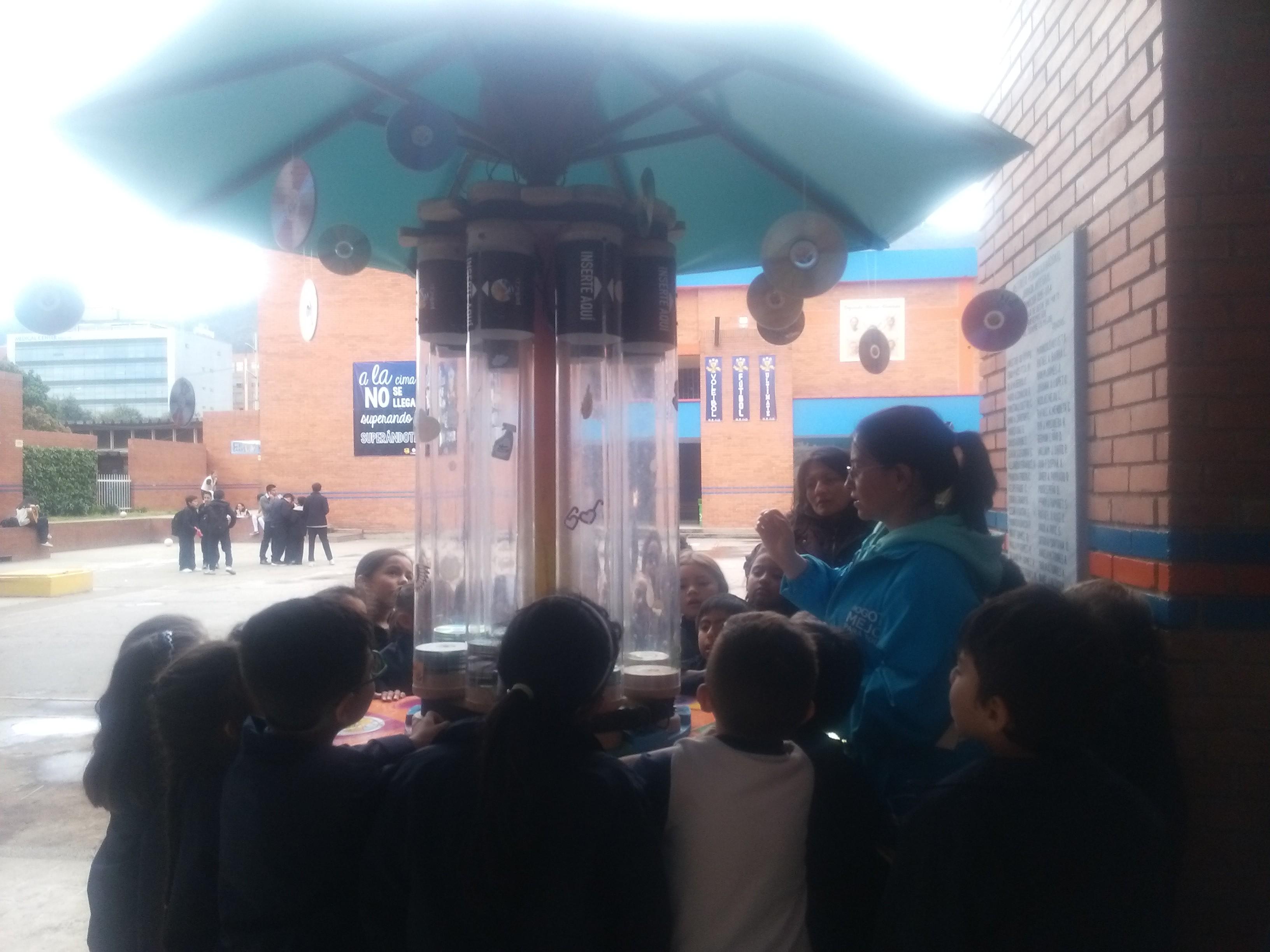 Fotografía de los estudiantes del IPN interactuando con Lola la Rockola
