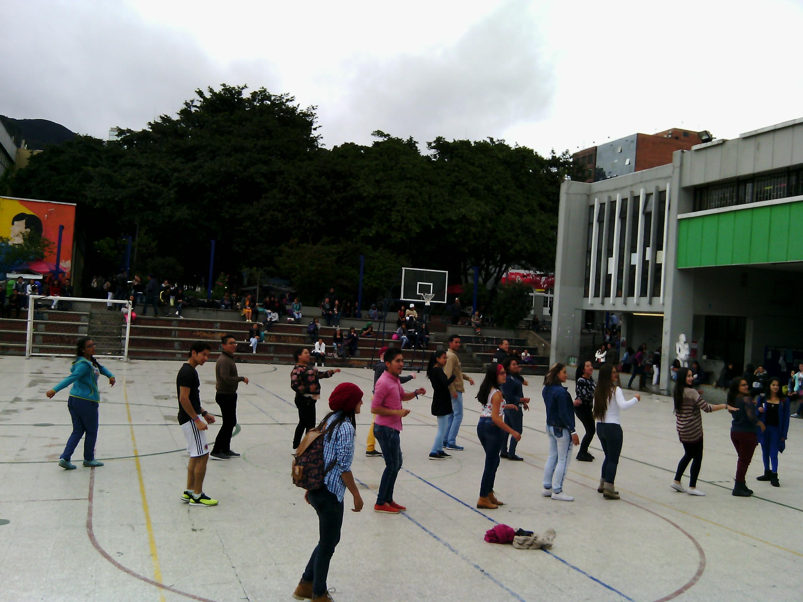 Fotografía de estudiantes participando en las actividades recreativas a cargo del IDRD